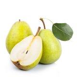 Twee en een half groene peren over witte achtergrond Stock Afbeeldingen
