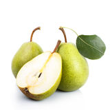 Twee en een half groene peren over witte achtergrond Stock Fotografie