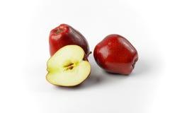 Twee en een half rode appelen Royalty-vrije Stock Foto