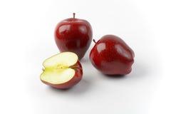 Twee en een half rode appelen Stock Fotografie