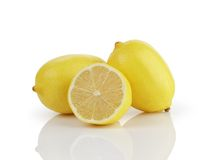 Twee en een half verse rijpe die citroenen op wit worden geïsoleerd Royalty-vrije Stock Afbeeldingen