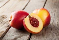 Twee en halve nectarine Stock Foto