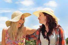 Twee en Meisjes die lachen gekscheren stock fotografie