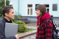 Twee en studenten die spreken flirten Stock Afbeeldingen
