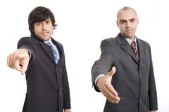 Twee en zakenlieden die richten schudden Stock Afbeelding