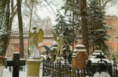 Twee engelen in de sneeuw Stock Foto