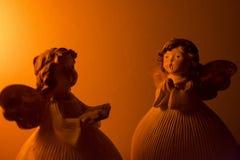 Twee engelen die zitten tegenover Royalty-vrije Stock Fotografie