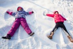 Twee engelen op de sneeuw royalty-vrije stock afbeeldingen