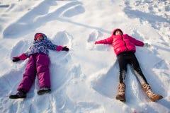 Twee engelen op de sneeuw stock afbeelding