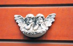 Twee engelen op rode achtergrond Royalty-vrije Stock Foto