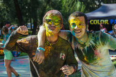 Twee Europese gues vieren festival Holi Royalty-vrije Stock Afbeelding