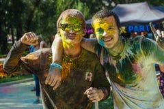 Twee Europese gues vieren festival Holi Stock Foto's