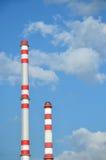 Twee fabrieksschoorstenen Stock Afbeeldingen