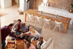 Twee families die tijd samen thuis doorbrengen stock afbeelding