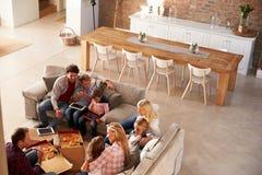 Twee families die tijd samen thuis doorbrengen stock foto