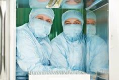 Twee farmaceutische fabrieksarbeiders Royalty-vrije Stock Afbeeldingen