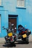 Twee fietsen blauwe muur Royalty-vrije Stock Foto