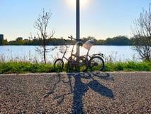 Twee fietsen die langs de weg worden geparkeerd stock fotografie