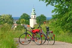Twee fietsen die zich op de weg bevinden stock afbeelding
