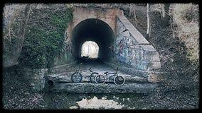 Twee fietsen met een tunnel op de achtergrond Stock Afbeelding