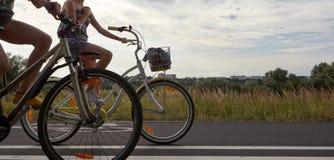 Twee fietsen op de weg Royalty-vrije Stock Afbeelding