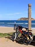 Twee fietsen op het strand Stock Foto