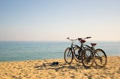 Twee fietsen op het strand royalty-vrije stock foto's