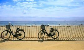 Twee fietsen op het strand Stock Afbeeldingen