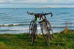 Twee fietsen op het strand, twee fietsen op de kust Royalty-vrije Stock Foto
