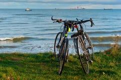 Twee fietsen op het strand, twee fietsen op de kust Stock Afbeeldingen