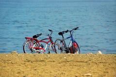 Twee fietsen op strand Royalty-vrije Stock Foto's