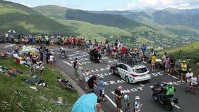 Twee fietsers die de Weg beklimmen aan Col. de Peyresourde - Ronde van Frankrijk 2014 stock videobeelden