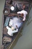 Twee fishermans op een boot stock afbeelding
