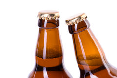 Twee flessen ijskoud die bier op wit wordt geïsoleerd Royalty-vrije Stock Foto's