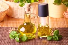 Twee flessen met olijfolie en de olie van het druivenzaad Stock Foto's