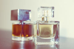 Twee flessen parfum op de lijst Royalty-vrije Stock Foto's