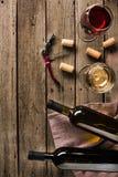 Twee flessen van wijn en wijnglazen stock afbeeldingen