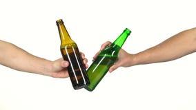 Twee flessen in verschillend handengerinkel Witte achtergrond stock footage