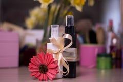 Twee flessen voor nevelschoonheidsmiddel op onduidelijk beeldachtergrond kosmetisch Ta stock afbeelding