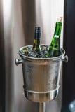Twee Flessen Wijn in ijsemmer in een restaurant royalty-vrije stock fotografie
