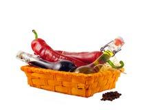Twee flessen wijnazijn, olijfolie en roodgloeiende koele pe twee Stock Foto