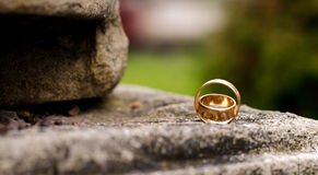 Twee fonkelende gouden trouwringen Stock Afbeeldingen
