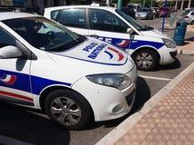Twee Franse politiewagens die in de straat worden geparkeerd stock fotografie