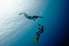 Twee freedivers hebben pret in de diepte Royalty-vrije Stock Fotografie