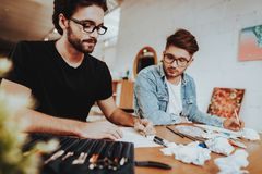 Twee Freelance Kunstenaars die van Talanted binnen trekken stock afbeelding