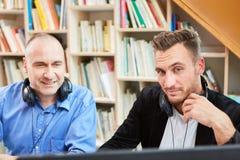 Twee freelancers als bekwame softwareontwikkelaars stock afbeeldingen