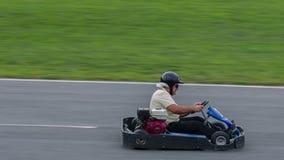Twee gaan-kaartraceauto's rennen elkaar stock footage