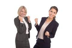 Twee geïsoleerde succesvolle vrouw die in een team werken Geïsoleerde portra royalty-vrije stock foto's