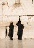 Twee gebeden dichtbij de muur van Jeruzalem Stock Foto's