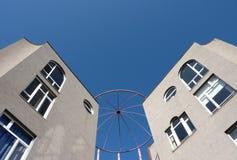 Twee gebouwen van aangezicht tot aangezicht Royalty-vrije Stock Afbeeldingen
